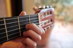 Griff eines Akkordes auf der Gitarre