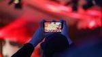 Filmen mit dem Handy auf dem Musikfest