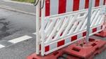 Sperrung der Straße mit Barken wegen einer Baustelle