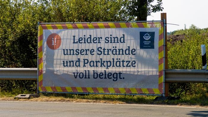 """Banner """"Leider sind unsere Strände und Parkplätze voll belegt"""" an der Lübecker Bucht"""