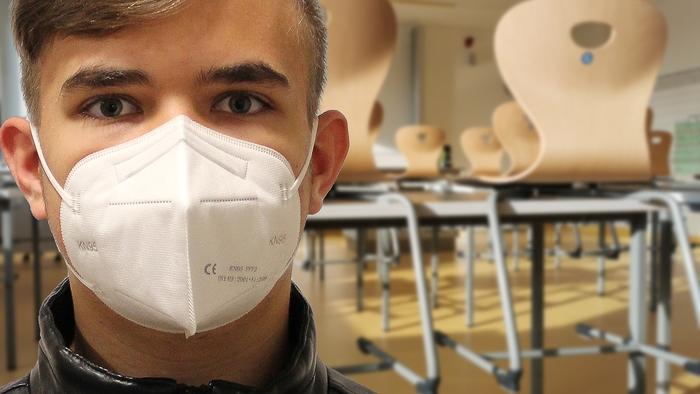 Jugendlicher mit FFP2 Maske gegen Covid