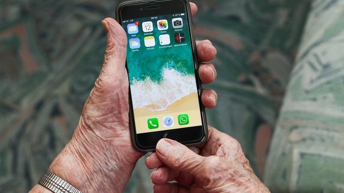 Rentnerin mit Handy