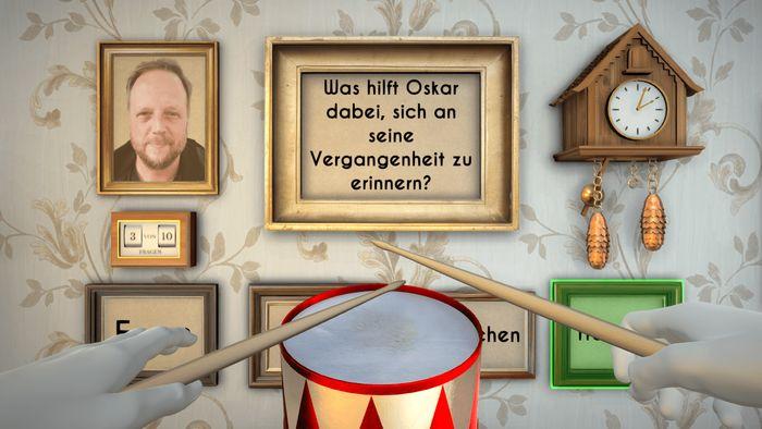 Bilder an der Wand und eine Kuckucksuhr, im Vordergrund die Blechtrommel, laden zum Quiz ein.