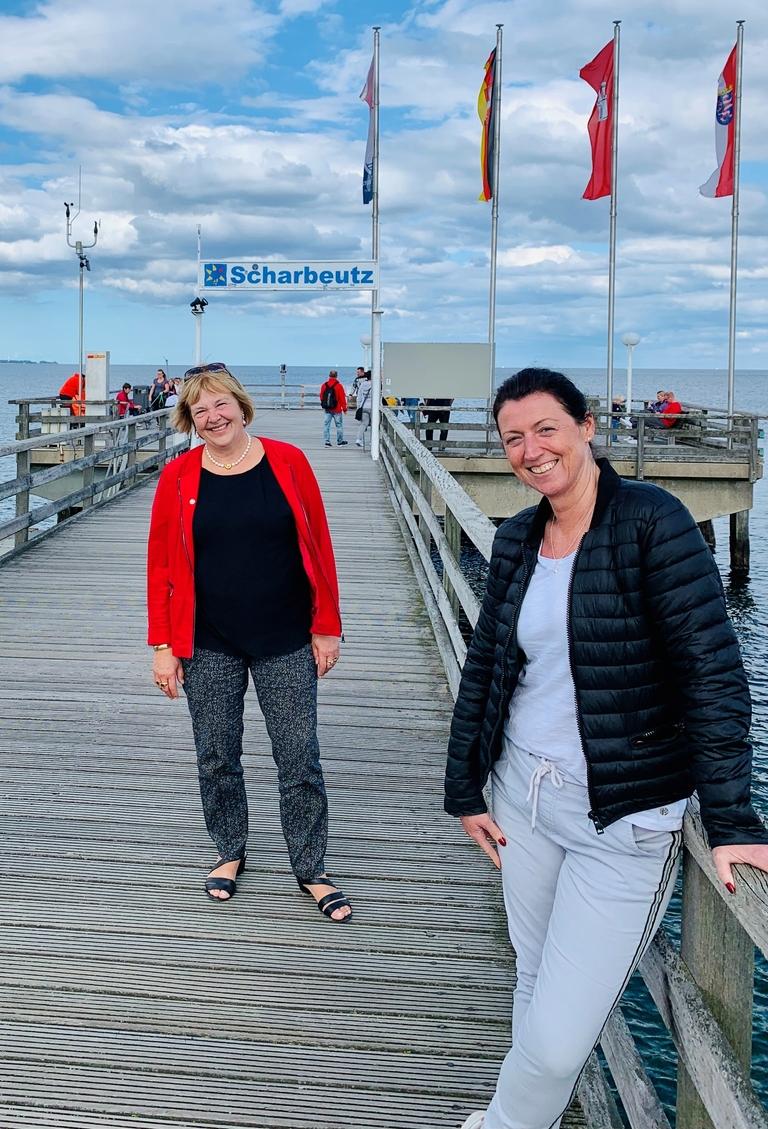 Bettina Hagedorn mitBürgermeisterin Bettina Schäfer auf dem Seebrückenvorplatz in Scharbeutz.