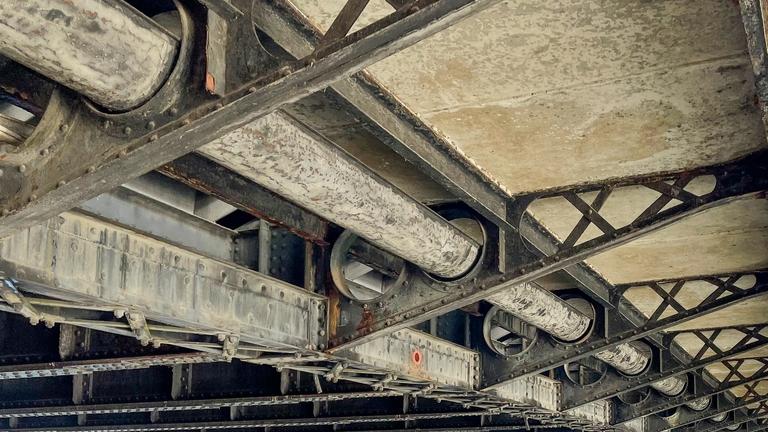 Unterbau einer Brücke mit Versorgungsleitungen