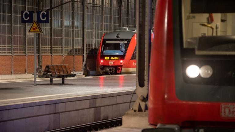 Zug nach Kiel im Bahnhof Lübeck