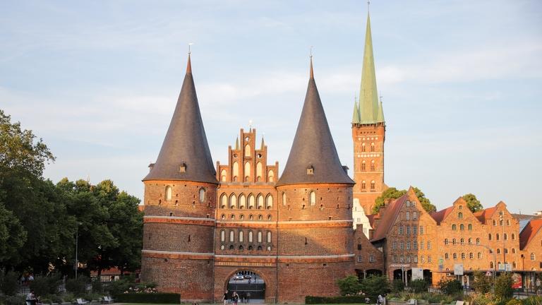 Holstentor, Petri-Kirchturm und Salzspeicher von Lübeck.