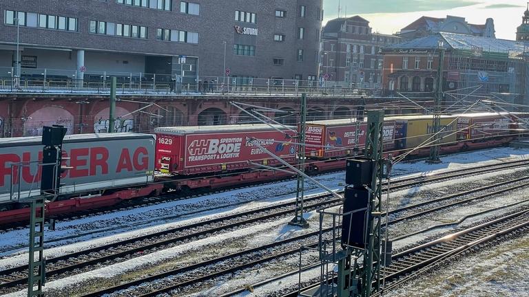 Güterzug fährt durch den Lübecker Bahnhof