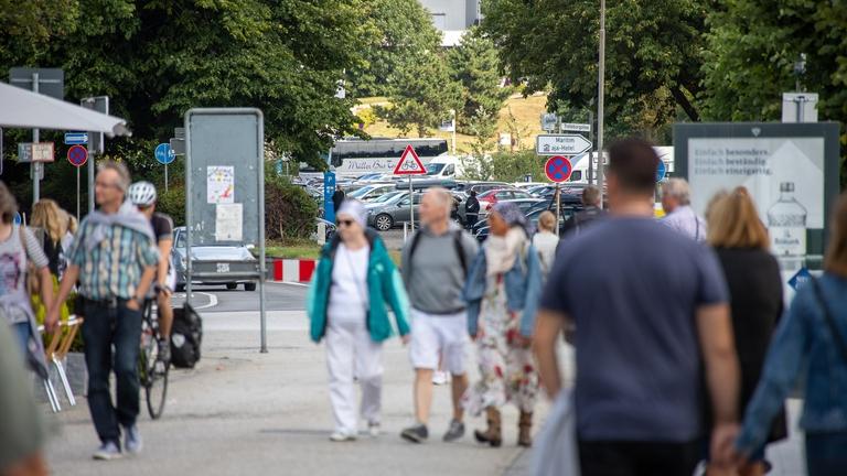 Viele Passanten beim Bummel durch die Vorderreihe in Travemünde.