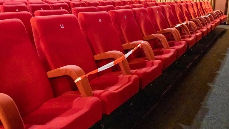 Theatersitze mit Sperrband zu Corona-Zeiten.