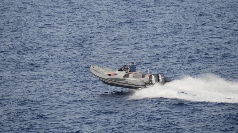 Ein Speedboot fährt auf dem Meer.