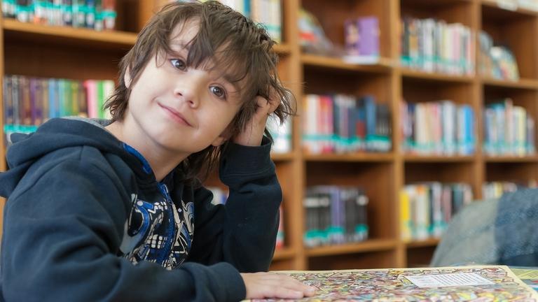 Ein Kind in einer Bücherei