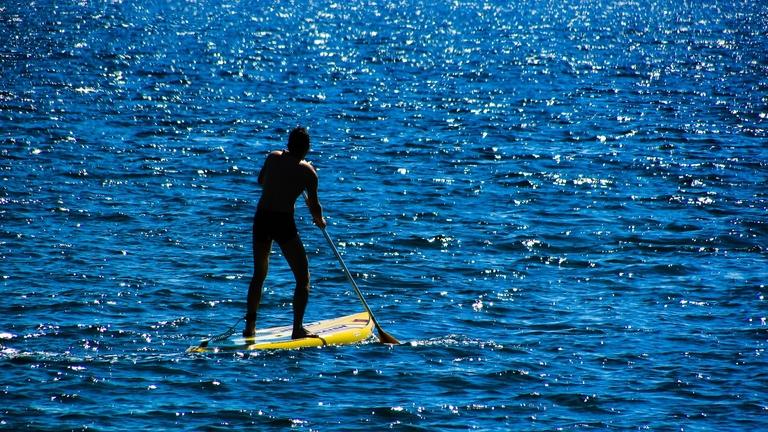 Ein Stand Up Paddler auf dem Wasser.