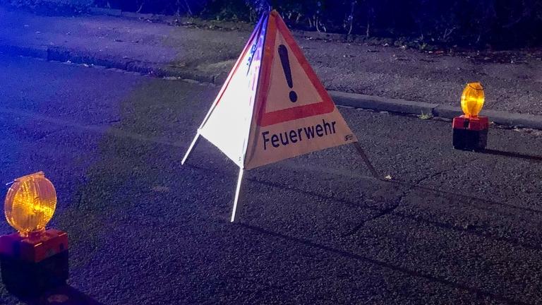 Straßenaufsteller Feuerwehr mit Warnleuchten links und rechts.