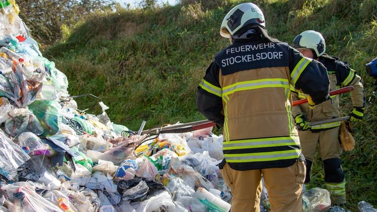 FF Stockelsdorf sucht Akkus im Müllhaufen