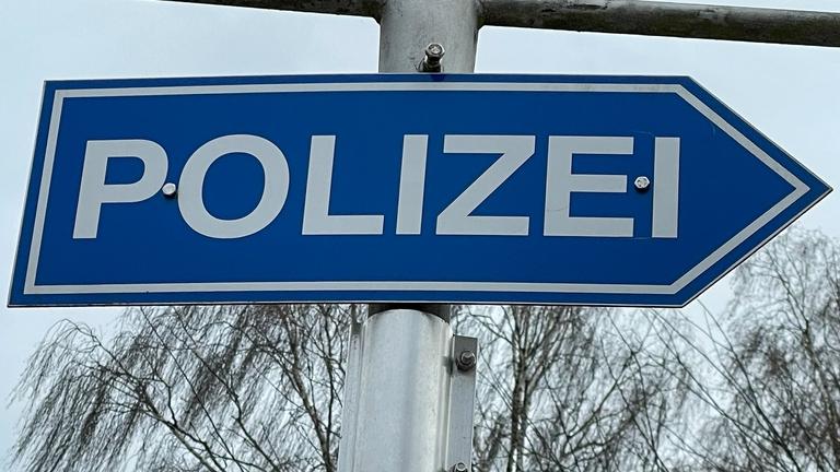 Hinweisschild Richtungspfeil zur nächsten Polizeistation.