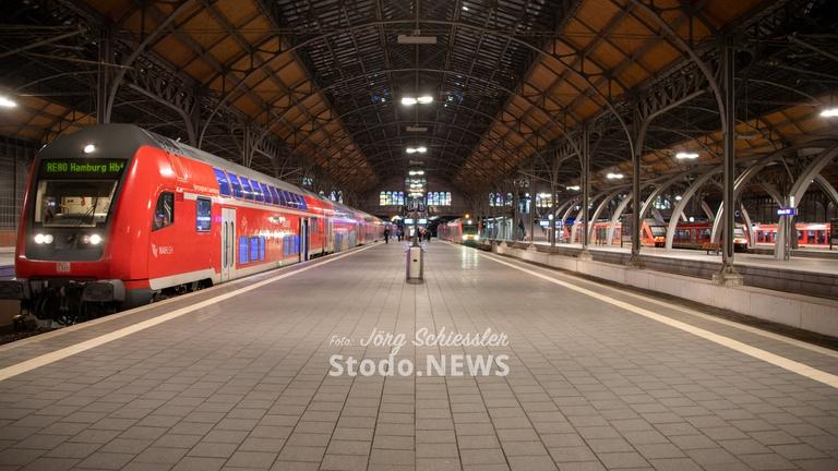 Zug nach Hamburg im Bahnhof Lübeck