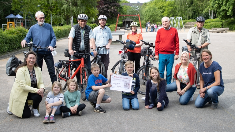 Fahrradgruppe Bürgerstiftung übergibt Spende an die Gerhart-Hauptmann-Schule