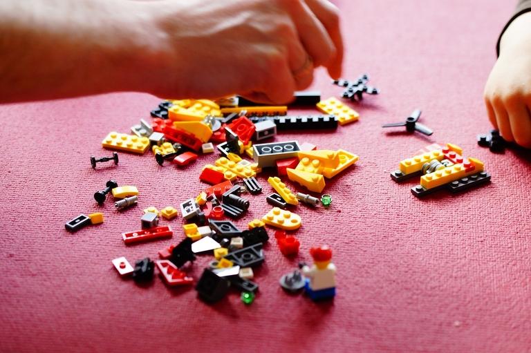 Es wird etwas aus Legosteinen gebaut.