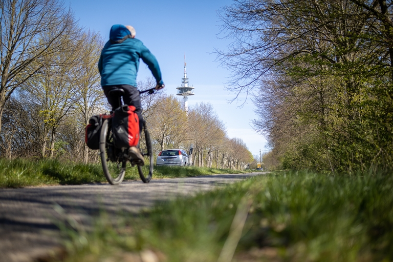 Fahrrad auf Radweg mit Funkturm, L184