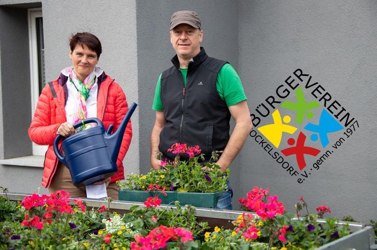 Andrea Ehmcke und Björn Matho mit Kanne und Blumenampel