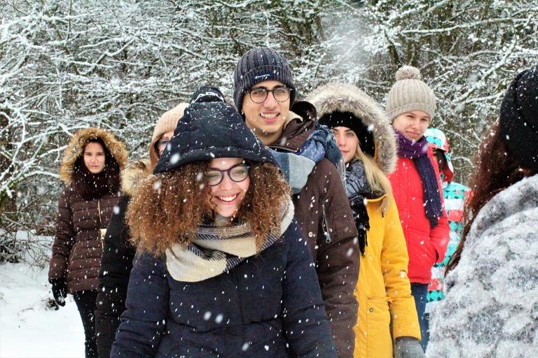 Menschenansammlung im Schnee ohne Maske