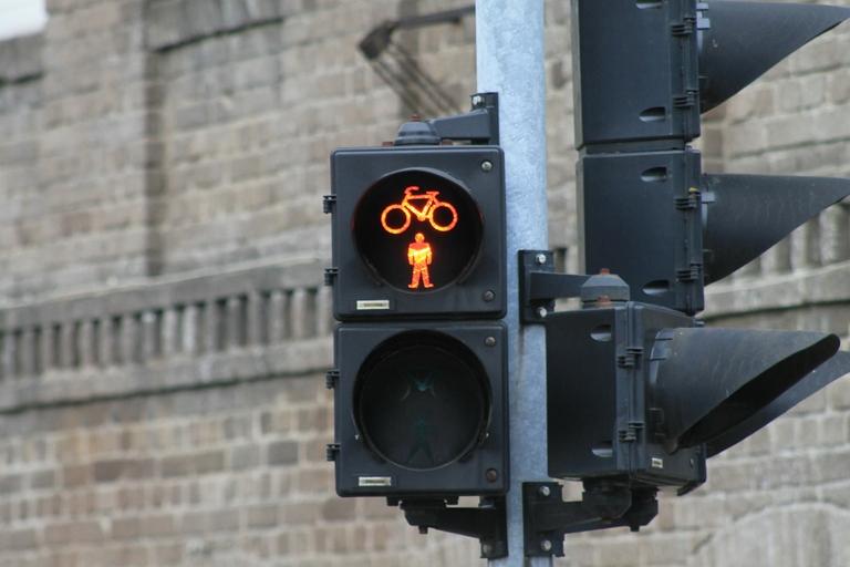Ampel zeigt rot für Fußgänger und Fahrradfahrer