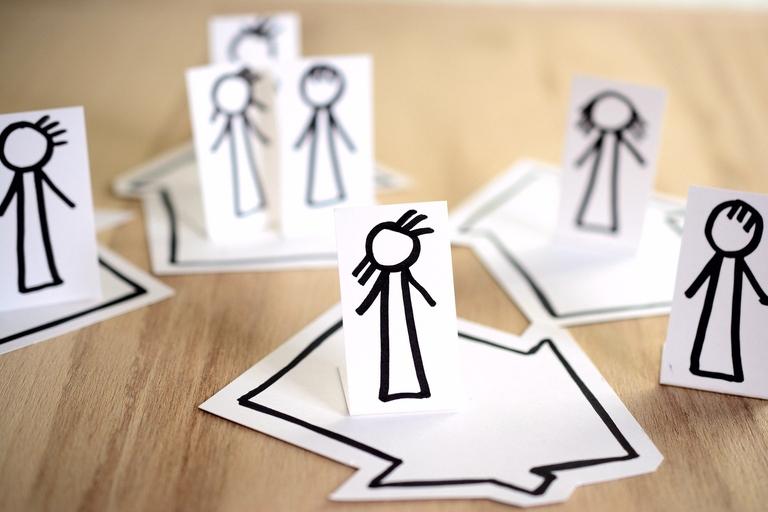 Gezeichnete Figuren, die allein oder mit der Familie im eigenen Haus bleiben.