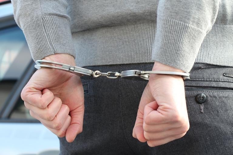 Verbrecher in Handschellen, Polizei