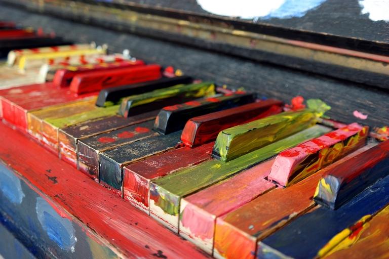 Bunt angemalte Klaviertasten.