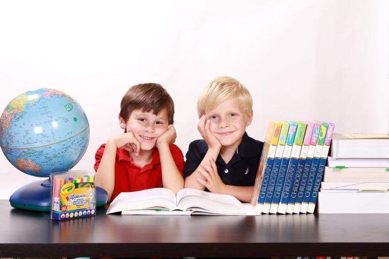Kinder freuen sich auf die Schule