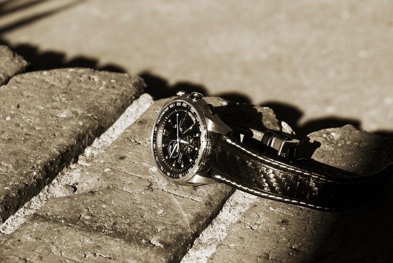 Ein Chronometer liegt auf dem Gehweg.