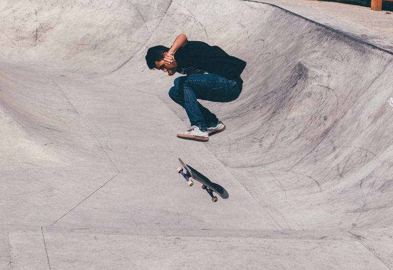 Skateboarder in der Halfpipe