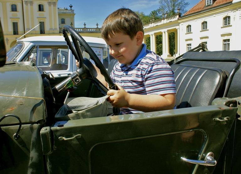 Kind hinterm Lenkrad eines Autos