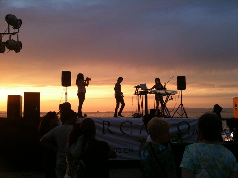 Musiker bei Sonnenuntergang am Strand.