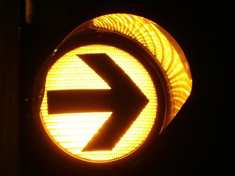 gelber Pfeil einer Ampel