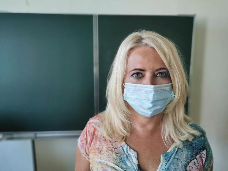 Lehrerin mit Maske